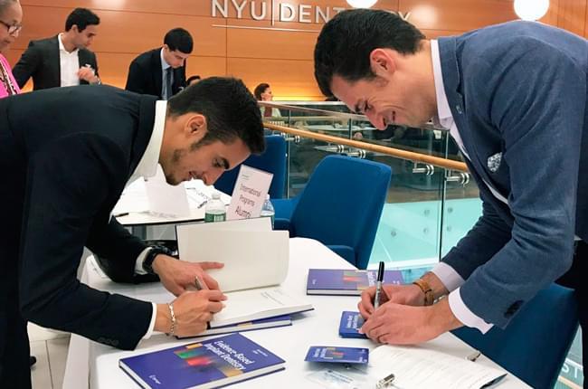 El Dr. Simón Pardiñas y el Dr. Oreste Iocca firman el libro