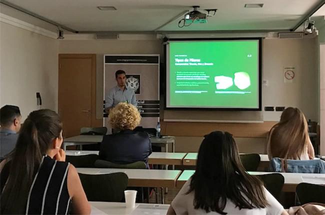 El Dr. Simón Pardiñas dando una ponencia en el Colegio Oficial de Dentistas de Pontevedra y Ourense