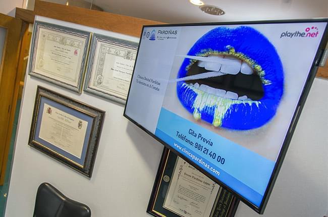 Desde agora Clínica Pardiñas conta con tres pantallas Playthe.net nas súas instalacións que nos permite ofrecer unha canle de televisión propio aos nosos pacientes