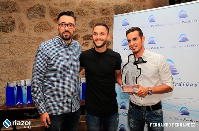 Florin Andone recibe el premio Fundación Clínica Pardiñas