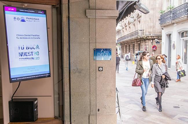 Pantalla Playthe.net exterior en Clínica Pardiñas