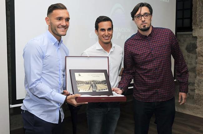 Lucas Pérez, Simón Pardiñas y Víctor Losada en la entrega del premio Fundación Clínica Pardiñas