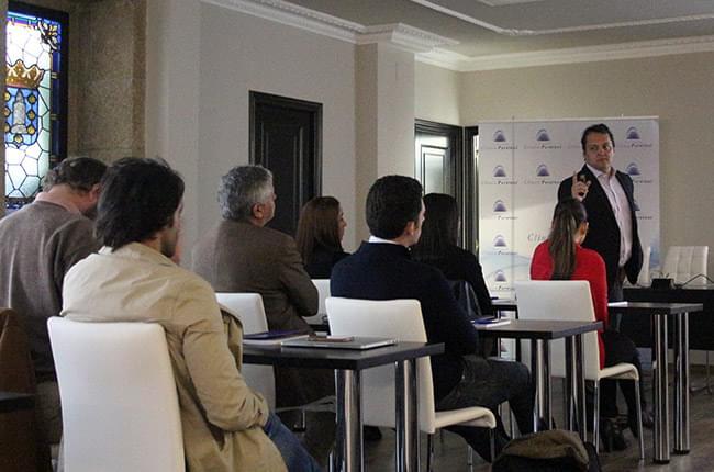 El Dr. Paulo Mesquita durante el Curso de Implantología y Periodoncia en Fundación Clínica Pardiñas
