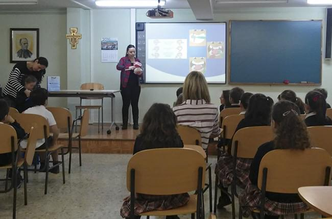 El equipo de Clínica Dental Pardiñas está impartiendo charlas sobre salud bucodental en diversos colegios de A Coruña en colaboración con el Club Ratoncito Pérez