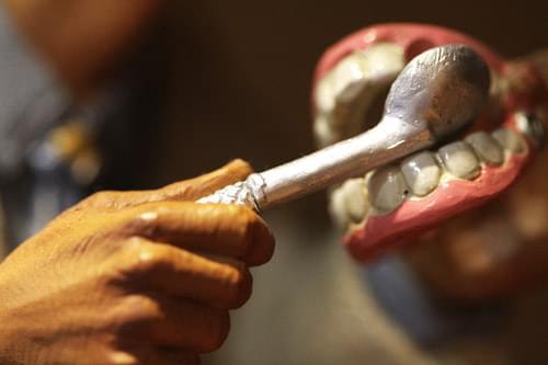 Para evitar desprazamentos, cambios na forma de mastigar e cambios estéticos, hai que substituír os dentes perdidos. Estes son algúns dos procedementos habituais de actuación.