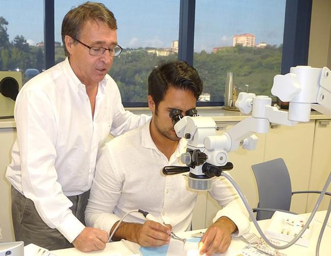 O Dr. Germán Sebastián Sánchez, especialista en estética e prótese, recibiu unha formación de Endodoncia Clínica e Microscópica en Bilbao.