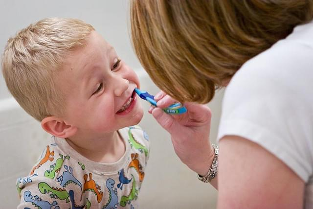 A carie dental é unha enfermidade infecciosa provocada por unhas bacterias que existen na cavidade oral. Aquí explicámosvos como previla.